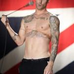 <!--:pt-->Adam Levine mostra a beleza do corpo tatuado…<!--:-->
