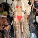 <!--:pt-->Desfile de Jean-Paul Gaultier explora moda e adornos corporais<!--:-->