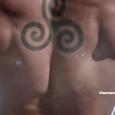 """Fotos: reprodução / Google (Scott McCall no estúdio para fazer a sua primeira tatuagem em Teen Wolf) """"Fazer uma tatuagem já significa algo."""" Scott McCall em Teen Wolf """"Tatuagens são […]"""