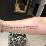 Irmã de Paulo Gustavo faz tatuagem de homenagem e resistência